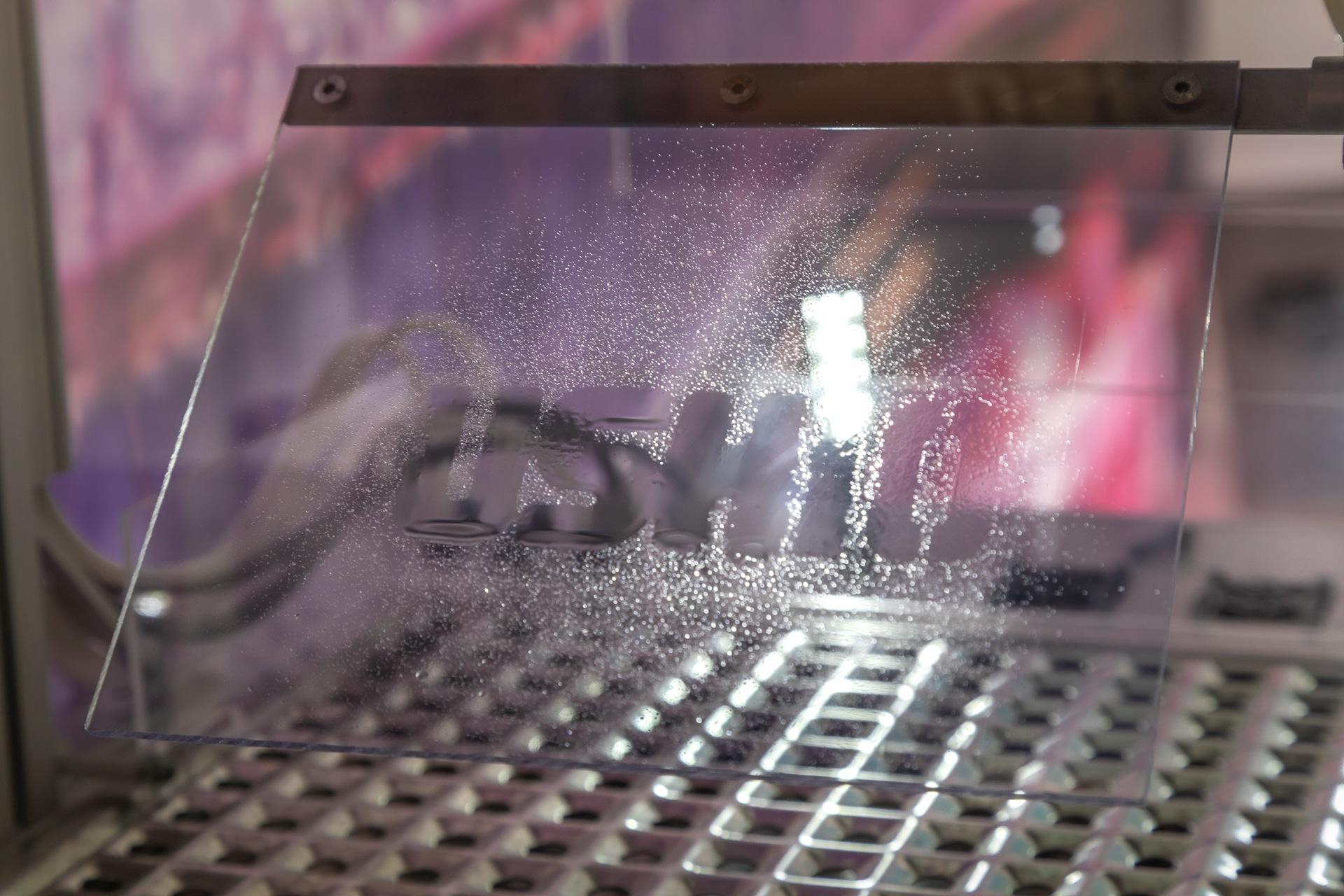 Während des Excimer Surface Activation Demonstrator von Ushio wird ein Polymer mit VUV-Licht bestrahlt, um die Haftung der Beschichtung zu verbessern.